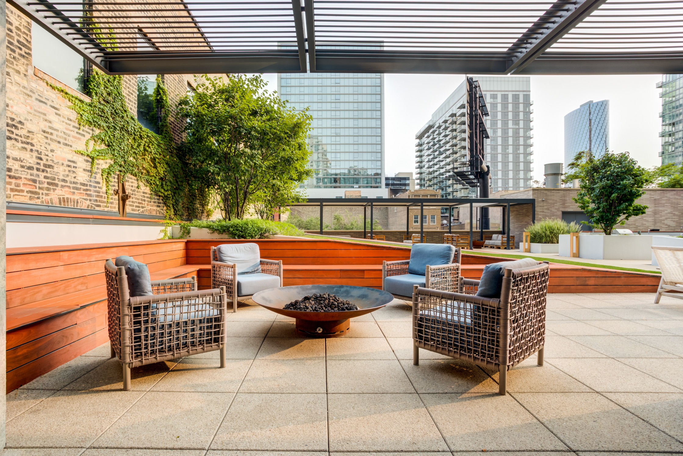 West Loop Apartment Luxury Living - Emme Terrace and Firepit