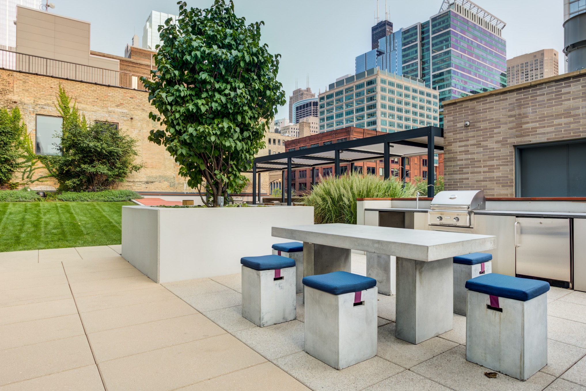 West Loop Apartment Luxury Living - Emme Rooftop Grill Stations