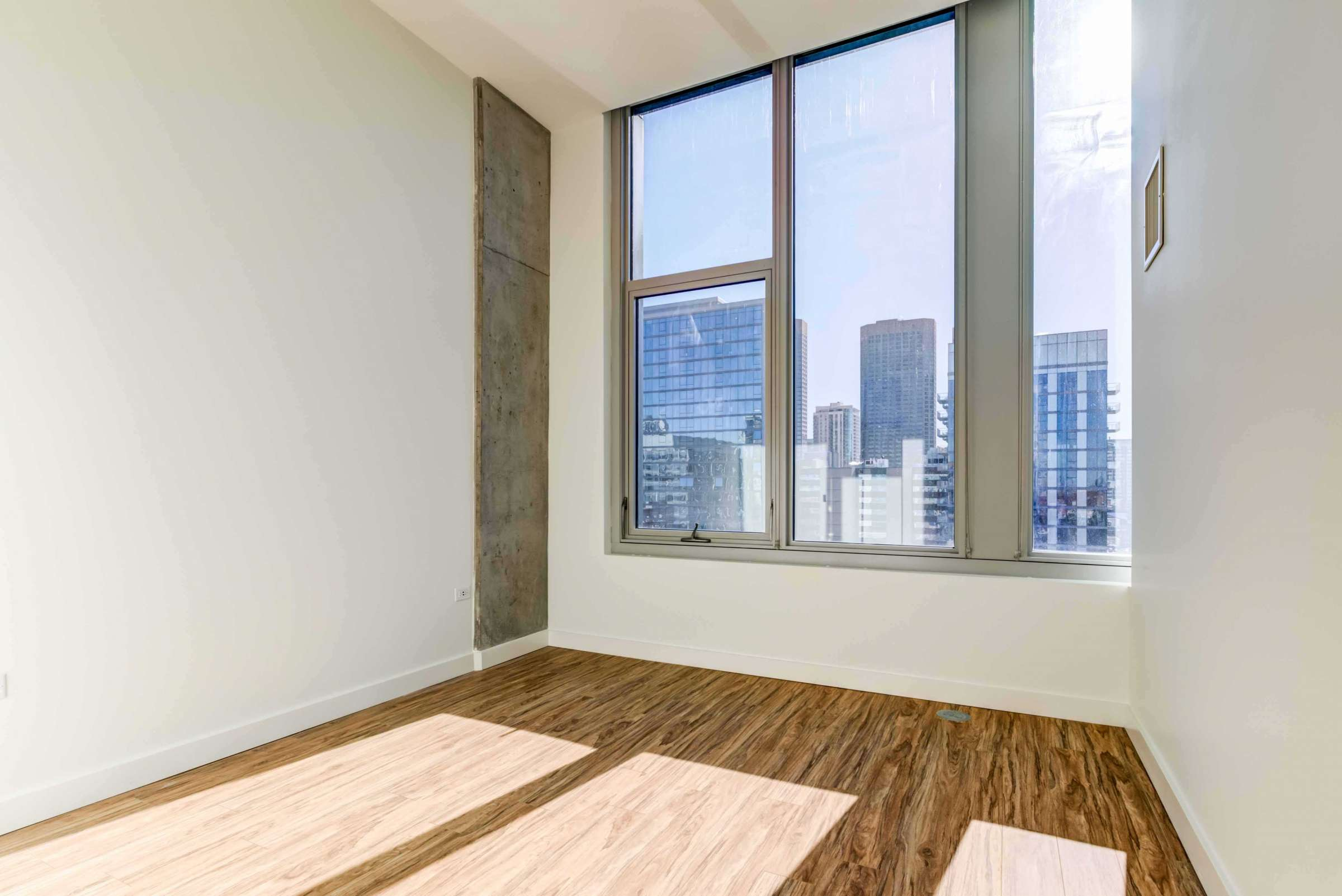 Luxury West Loop Apartments EMME - Large Windows and Chicago City Skyline Views